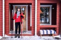Retrato de una joven esquiadora en el porche de cabina, Posio, Laponia, Finlandia - foto de stock