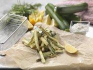 Plat italien traditionnel de courgettes fritti sur la table — Photo de stock