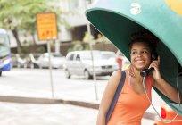 Молодой женщины турист, с использованием уличные телефонной будки, город Копакабана, Рио-де-Жанейро, Бразилия — стоковое фото