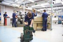 Männlicher Student schärft Werkzeuge in College-Werkstatt — Stockfoto