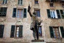 Kunstvolle Statue von Mehrfamilienhaus — Stockfoto