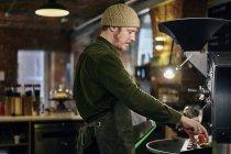 Кавказька чоловіча кавоварка працює з кавоваркою — стокове фото