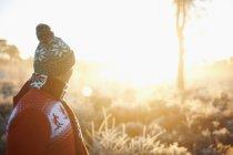 Uomo in vestiti di inverno, guardando la scena rurale — Foto stock