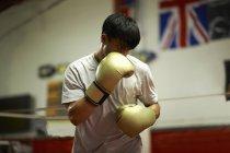 Boxer praticando no ringue de boxe — Fotografia de Stock
