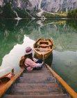 Жінка розслабляючий на пристані, Лаго ді Braies, Доломітові Альпи, Валь-ді-Braies, Південний Тіроль, Італія — стокове фото