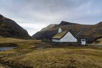 Église entourée de collines — Photo de stock