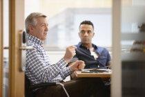 Бізнесмени, які мають командні збори в конференц-залі — стокове фото