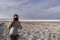 Fotografo uomo con macchina fotografica scattare foto a San Pedro de Atacama — Foto stock
