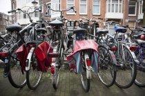 Rangées de vélos, Amsterdam, Pays-Bas — Photo de stock