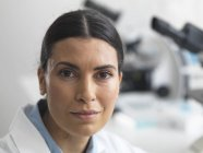 Forscherin im Labor neben dem Mikroskop. — Stockfoto