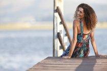 Портрет молодой женщины на пристани — стоковое фото