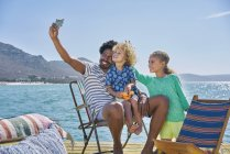 Famiglia scattare selfie sul ponte houseboat, Kraalbaai, Sud Africa — Foto stock