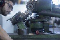 Homme adulte caucasien travaillant dans l'atelier de meulage — Photo de stock