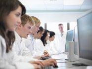 Naturwissenschaftler arbeiten im Schullabor an Computern — Stockfoto