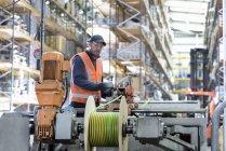 Рабочие намотки электрических кабелей в хранилище кабелей — стоковое фото