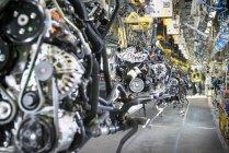 Trabalhadores na linha de produção do motor na fábrica de automóveis — Fotografia de Stock