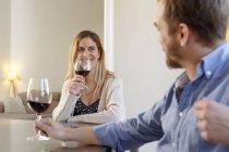 Середине дома Взрослый пара расслабляющий, имея бокал вина — стоковое фото