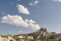 Pueblo en la ladera, Capadocia, Anatolia, Turquía - foto de stock