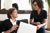 Geschäftsleute reden auf dem Sofa — Stockfoto