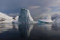 Nuvens baixas sobre Icebergs no canal Lemaire, Antártida — Fotografia de Stock