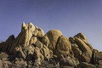 Formazioni rocciose sotto cielo blu — Foto stock