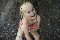 Porträt von niedlichen Mädchen am Lake Ontario, Oshawa, Kanada — Stockfoto