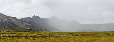 Vue panoramique de la chaîne de montagnes brumeuse — Photo de stock