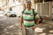 Ritratto di uomo maturo che porta lo skateboard, Rio De Janeiro, Brasile — Foto stock