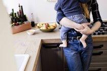 Beschnitten, Aufnahme Mitte Erwachsene Frau mit Baby Sohn in Küche — Stockfoto