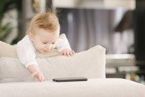 Bambino interessato al telefono cellulare — Foto stock