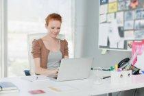 Empresaria trabajando en portátil - foto de stock