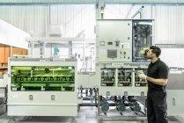 Працівник з плат обробки машини електроніки завод — стокове фото