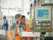 Ouvriers d'usine dans l'usine d'embouteillage — Photo de stock