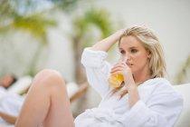 Donna che si rilassa in un centro benessere sulla sdraio — Foto stock