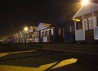 Cabañas de playa en la noche - foto de stock