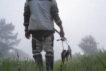 Vue arrière du pêcheur transportant du poisson — Photo de stock