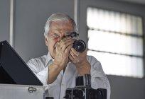 Старший смотрит в камеру — стоковое фото