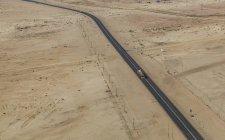 Caminhão solitário na estrada no deserto da Namíbia — Fotografia de Stock