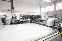 Машиностроитель и фабричный рабочий на швейной фабрике — стоковое фото