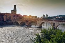 Ponte pedonale sul canale nel centro storico — Foto stock