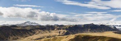 Vue panoramique des montagnes Rocheuses sous un ciel nuageux bleu — Photo de stock