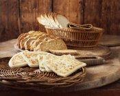 Pão sírio, pão de bicarbonato e fatias de pão branca em placas de corte de madeira — Fotografia de Stock