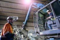 Travailleur assis en regardant le fourneau en fonderie aluminium chariot élévateur — Photo de stock