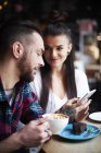 Paar mit Smartphone im café — Stockfoto