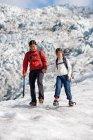 Мать и дочь ходят по леднику — стоковое фото