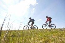 Seitenansicht der Radfahrer Radsport am Hang — Stockfoto
