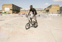 Молода людина, їзда Bmx велосипеда в скейтпарк — стокове фото