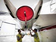 Инженеры, работающие на реактивных самолетах — стоковое фото