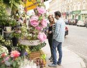 Couple à la boutique de fleuriste à l'extérieur — Photo de stock