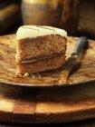 Banoffee торт на деревянную пластину с ножом — стоковое фото